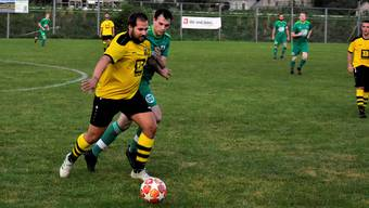 Kevin Keller (Döttingen, links) und Dimitri Schneider (Würenlingen, rechts) kämpfen um den Ball.
