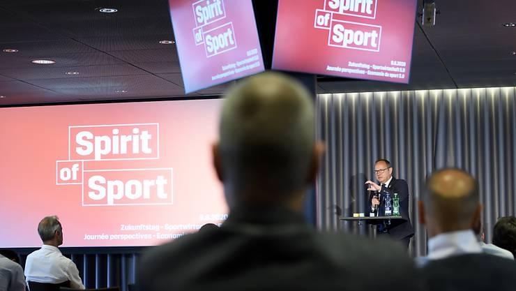 Swiss-Olympic-Präsident Jürg Stahl spricht bei einem Sport-Podium zu den Verbandsvertretern