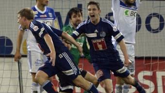 Die Luzerner Florian Stahel (l.) und Stephan Andrist feiern das 1:0