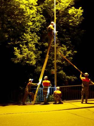 Die ganze Nacht hindurch werden weitere Telefonleitungen errichtet.