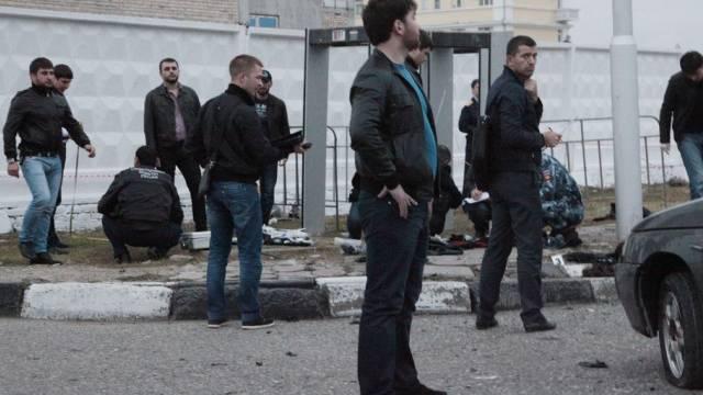 Polizisten inspizieren den Tatort in Grosny nach dem Anschlag