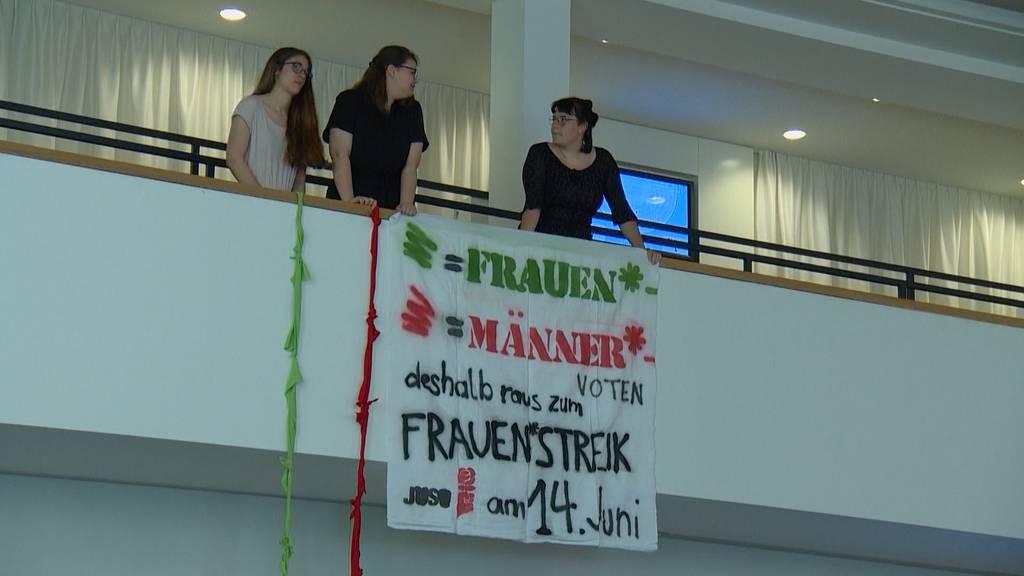 Juso-Frauen protestieren im Aargauer Parlament
