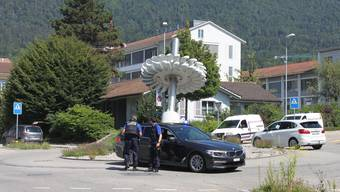 Schwer bewaffnete Polizisten überwachen nach dem Überfall den ETA-Kreisel in Grenchen.