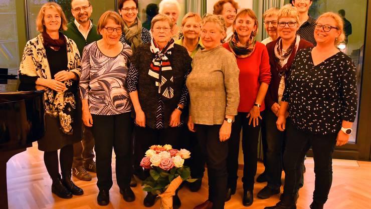 Der Vorstand bedankt sich mit Blumen bei den Mitarbeitenden