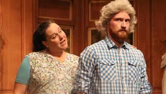 «Ihre Haare auf den Zähnen kitzeln»: Viktor (Damian Käppeli) und seine Frau (Jolanda Barmettler) im Bauerschwank «Viktor in Nööte».