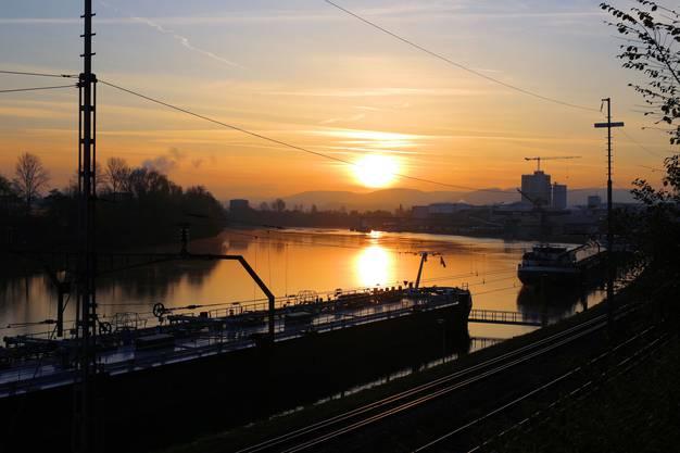 Goldene Morgenstimmung am Rhein beim Auhafen