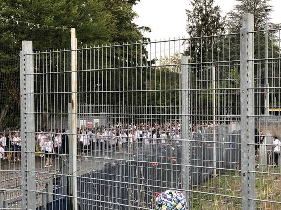 Einige GC-Fans haben sich über den Zaun Zutritt zum Gästesektor verschafft. Die Polizei greift ein und sperrt den Weg zu.