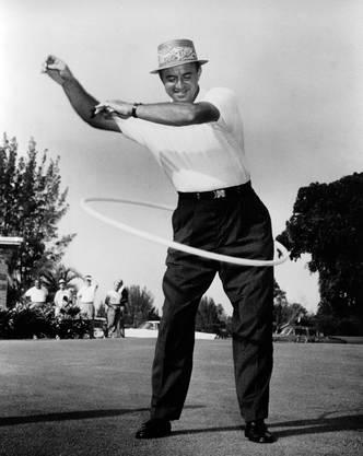 Nicht nur etwas für Frauen: Golfer Sam Snead hoopt im Jahr 1958.
