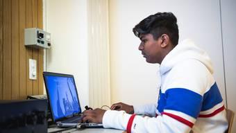Funktioniert die Präsentation? Eniyavan Pajanthiran kontrolliert den Laptop vor einem Anlass in der Aula des Grenchner Bachtelen.