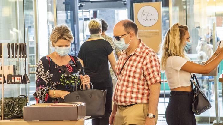 Was in anderen Kantonen schon beschlossene Sache war, gilt jetzt auch in Basel: Einkaufen nur mit Maske.