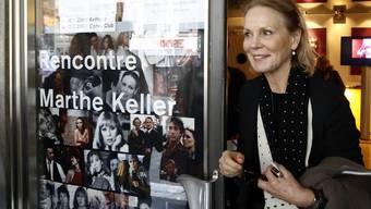 Marthe Keller verlässt das Kino Palace, wo dieses Jahr das Programm «Rencontre» zu ihren Ehren gezeigt wird.