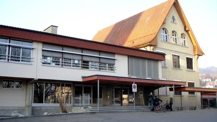 Sollen umfassend saniert werden: Mehrzweckhalle und Schulhaus 2 in Seengen. (Fritz Thut)