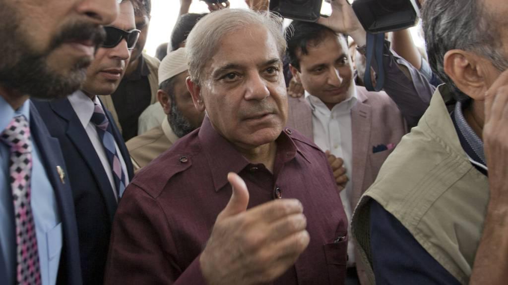 ARCHIV - Shehbaz Sharif (M), Oppositionsführer aus Pakistan, kommt zur Nationalversammlung. Der pakistanische Oppositionsführer ist nach einer Anhörung in der östlichen Stadt Lahore festgenommen worden. Foto: B.K. Bangash/AP/dpa