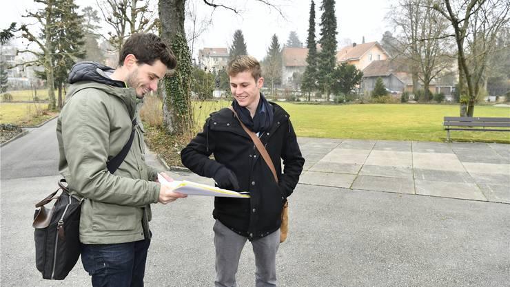 Tobias Würsch, Leiter Stadtgrün (l.), und Kevin Herzog, Leiter Friedhof, vor dem neuen Grabfeld, das im Sommer eröffnet wird.