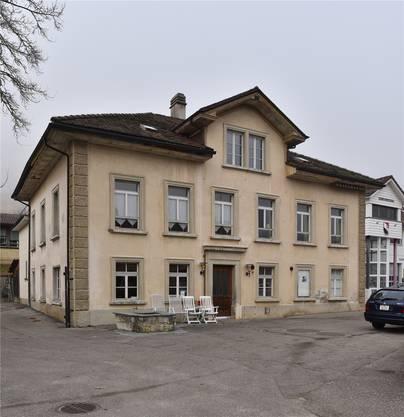 Viele hängen in Holderbank am alten Schulhaus.