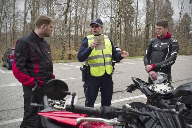 Die Aargauer Kantonspolizei führt auf dem Benkerjoch technische Kontrollen an Motorrädern durch.