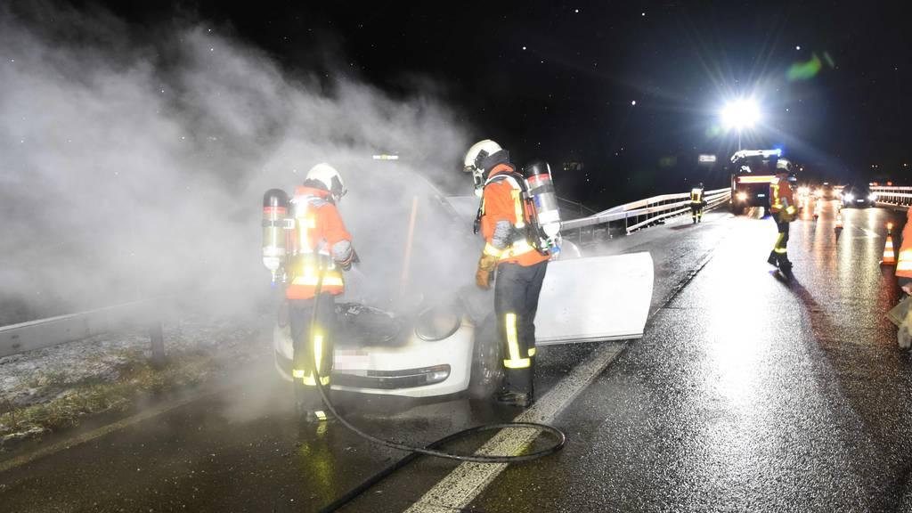 Auto beginnt zwischen Neudorf und Meggenhus zu brennen
