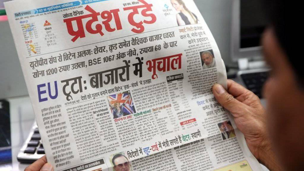 Das Presseecho auf das britische Votum zum Austritt aus der EU ist enorm. Im Bild ein Inder bei der Zeitungslektüre.