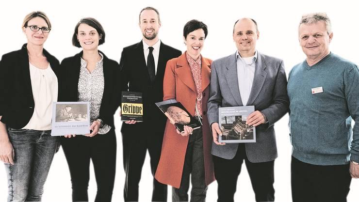 Sie haben geschrieben oder unterstützt (v.l.): Franziska Schürch, Miriam Baumeister, Andreas Tscherrig, Regierungsrätin Monica Gschwind, Stefan Hess und der beförderte Verlagsleiter Mathias Naegelin.
