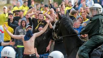 Fans und Polizisten vor dem Revierderby Dortmund gegen Schalke