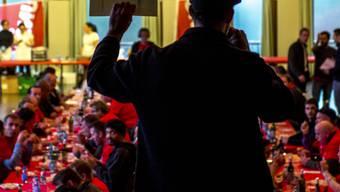 Rund 500 Maler und Gipser und weitere Beschäftigte des Ausbaugewerbes aus der Westschweiz folgten am Freitag einem Aufruf der Gewerkschaften und protestierten gegen die Aufhebung ihres Gesamtarbeitsvertrages.