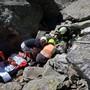 Einsatzkräfte bergen die Wanderin.