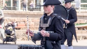 Elia Blöchlinger erhält bald die neue Unifrom des Top Secret Drum Corps.