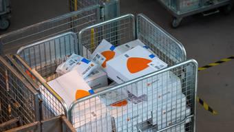 Pakete von Zalando in einem Korb im Paketzentrum der Schweizerischen Post.