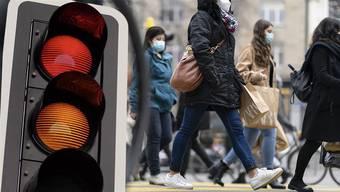 Um die Coronapandemie in den Griff zu bekommen, hat der Bundesrat den Kantonen drei Massnahmenpakete vorgeschlagen.