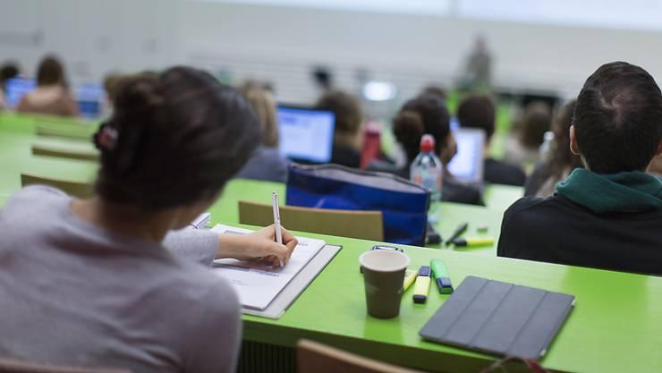 Aargauer Studierende müssen Stipendien künftig als Teilkredit beim Kanton beziehen. Der Kanton Aargau will auf diese Weise Geld sparen (Archiv).