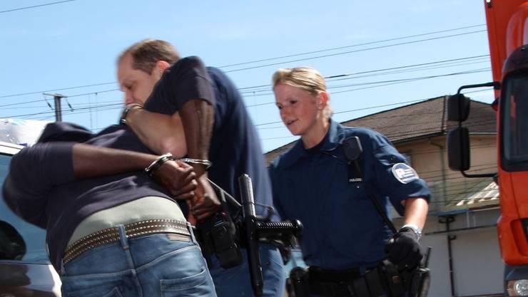 Polizei kontrolliert die Solothurner Vorstadt und nimmt vier Männer fest. (Symbolbild)