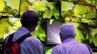 Besucher der IFA betrachten neue HD-Fernseher