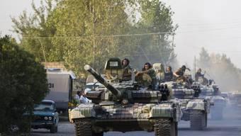 Aserbaidschans Armee fährt mit Panzern auf in der Unruheregion Berg-Karabach (Archivbild).