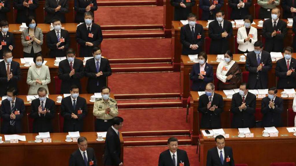 Jahrestagung des chinesischen Volkskongresses in Corona-Zeiten: Alle Delegierten tragen Schutzmasken, lediglich die kommunistische Führung um Regierungschef Li Keqiang darf darauf verzichten.