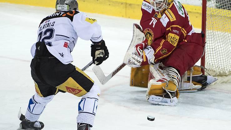 Tigers Goalie Ivars Punnenovs blieb in dieser Szene gegen Zugs Santeri Alatalo Sieger