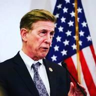 Don Beyer, US-PolitikerDonald S. Beyer Jr. (70) wurde im italienischen Triest als Sohn eines amerikanischen Armeeoffiziers geboren und wuchs in Washington D. C. auf. In den 80er-Jahren stieg er in den elterlichen Automobilhandel ein. In den 90er-Jahren war Beyer als Vertreter der Demokraten acht Jahre lang Vizegouverneur von Virginia. 2009 ernannte ihn Barack Obama zum US-Botschafter für die Schweiz und Liechtenstein. 2014 wurde er ins US-Repräsentantenhaus gewählt, wo er seinen Heimatstaat Virginia vertritt. Beyer lebt mit seiner Frau Megan und den beiden Töchtern in Alexandria, Virginia. Zudem hat er zwei erwachsene Kinder aus erster Ehe. (bwe)