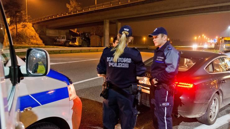 Der ehemalige Basler Polizeikommandant Markus Mohler möchte Berufspolizisten – hier bei einer Kontrolle in Lupfig – künftig Freiwillige zur Seite stellen.