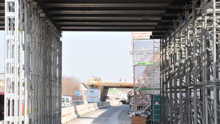 Blick unter dem Schalwagen hindurch auf das Lehrgerüst für die neue Hardbrücke, welche in die Halbüberdeckung integriert wird.