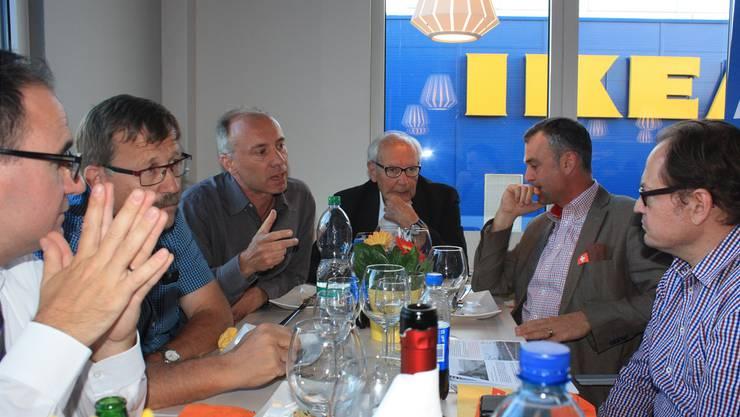 Am bz-Stammtisch im Ikea-Restaurant wurde über die zahlreichen Veränderungen in der Gemeinde Pratteln diskutiert.