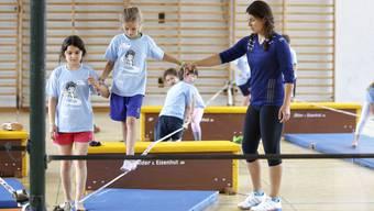 Olympiasiegerin Dominique Gisin turnt mit den Teilnehmern des ersten «fit4future» Sportcamps