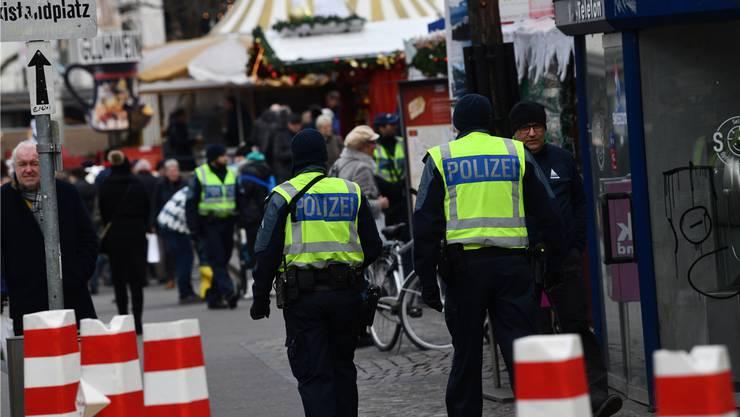 Poller und Polizisten: An ihnen führt am diesjährigen Weihnachtsmarkt auf dem Barfüsserplatz kein Weg vorbei. Juri Junkov