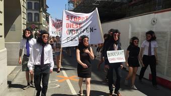 Angeführt von Kundgebungsteilnehmern in Affenmasken zogen die Demonstranten vom Berner Münster zum Bundesplatz in Bern.