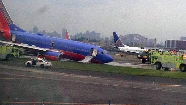 Bei einer US-Maschine bricht das vordere Fahrwerk bei der Landung zusammen. Es kommt zur Bruchlandung.
