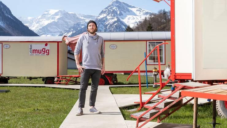 Fernunterricht mit Blick auf die Glarner Alpen: Philipp Wirths Arbeitsplatz steht derzeit auf einer Zirkuswiese.