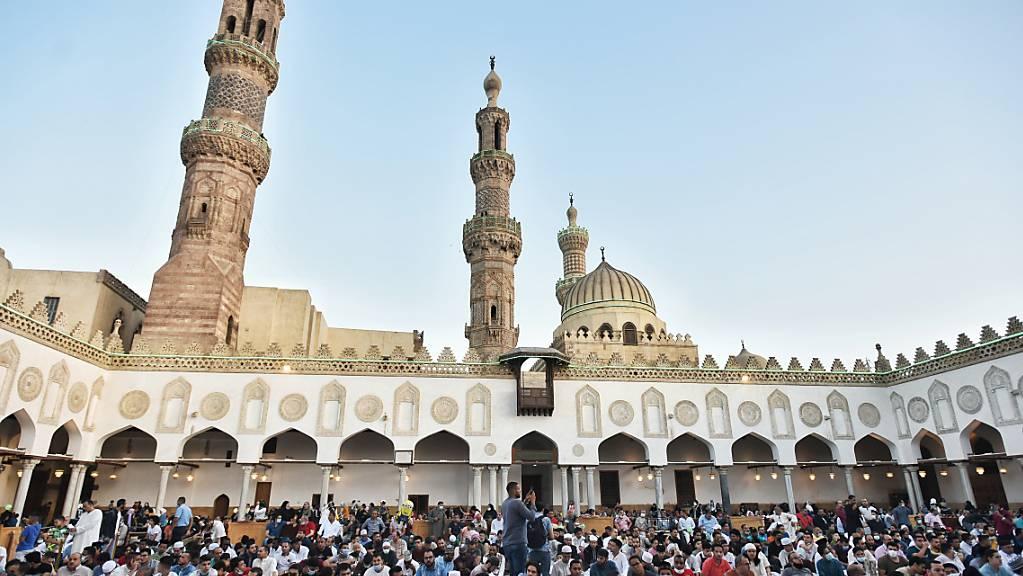 Ägyptische Muslime besuchen das Eid al-Adha-Morgengebet in der Al-Azhar-Moschee. Das Opferfest Eid al-Adha gilt als wichtigste islamische Feier und wird von Gläubigen auf der ganzen Welt gefeiert. Es erinnert an die Bereitschaft Abrahams, einen seiner Söhne zu opfern, um seinen Glauben zu beweisen. Foto: Sayed Hassan/dpa