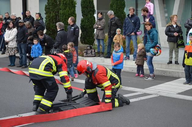 Rund 100 Interessierte und viele Kinder schauten den  Feuerwehrleuten bei ihrer Arbeit zu