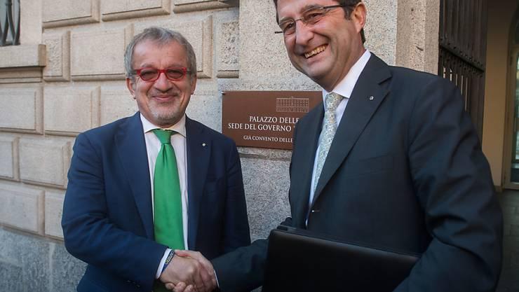"""Shakehands statt scharfe Töne: Das Tessin und die Lombardei trafen sich zum ersten Mal seit der umstrittenen """"Prima i nostri""""-Abstimmung."""