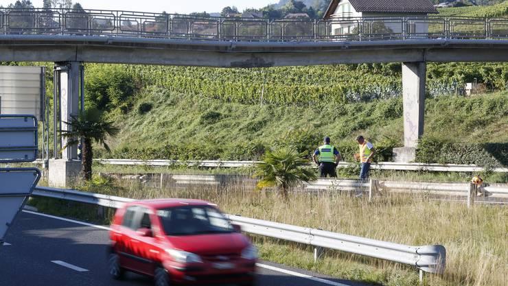 Die beschädigte Fussgängerbrücke über die Autobahn bei Chailly zwischen Vevey und Montreux am Montag, 26. August 2019.