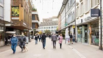 Nicht immer kann der nötige Abstand eingehalten werden: In der Badstrasse in der Badener Innenstadt gilt Maskenpflicht.