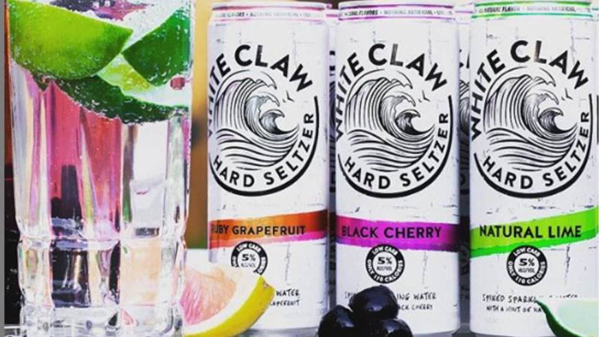 Sieht aus wie Mineralwasser, hat aber mehr als nur das drin: Hard Seltzer von White Claw.